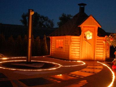 Gartenanlage mit Juraschtein  Grillhaus Dusche Beleuchtung
